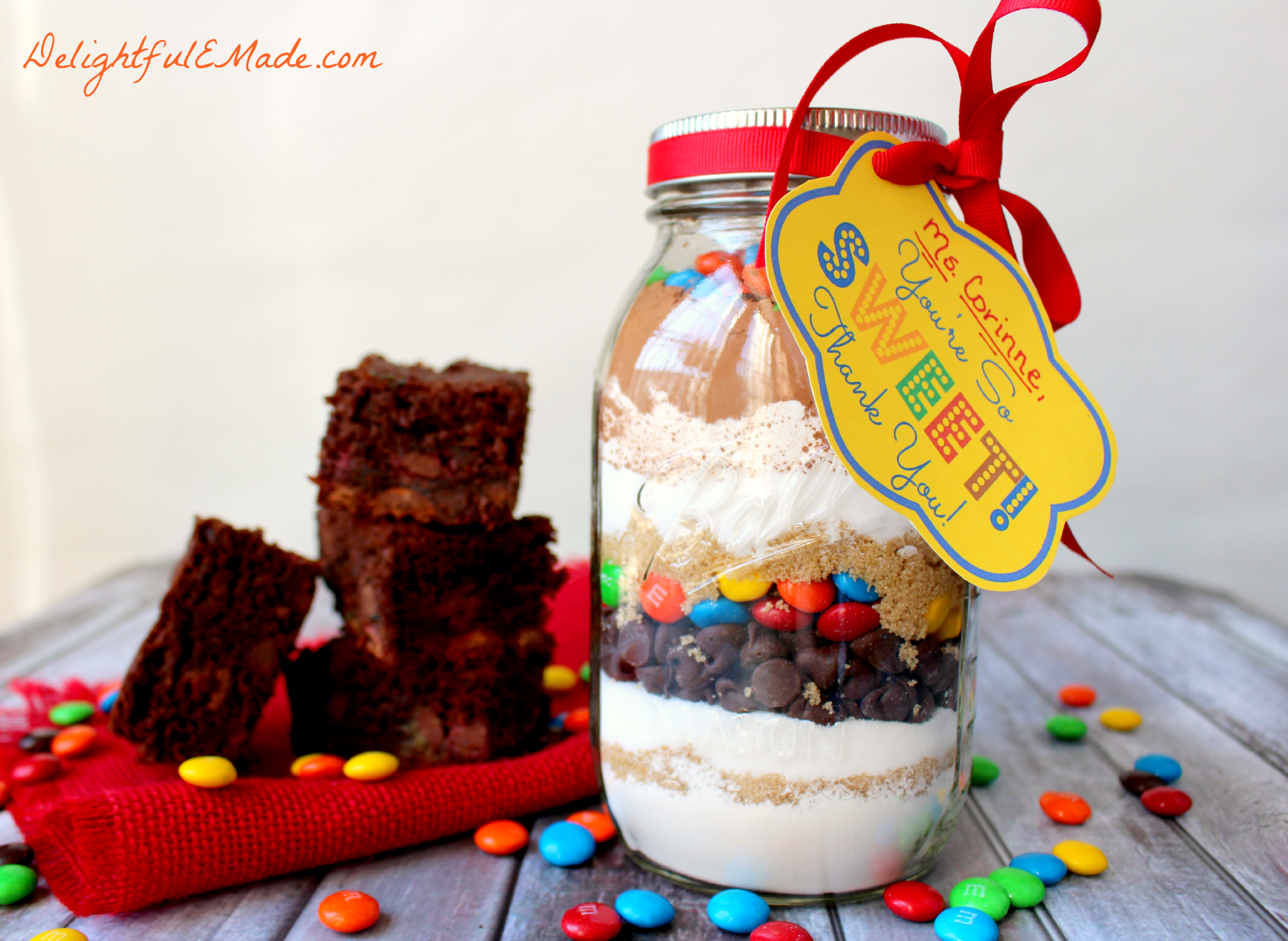 M&M Brownies in a Jar with FREE Printable - Delightful E Made