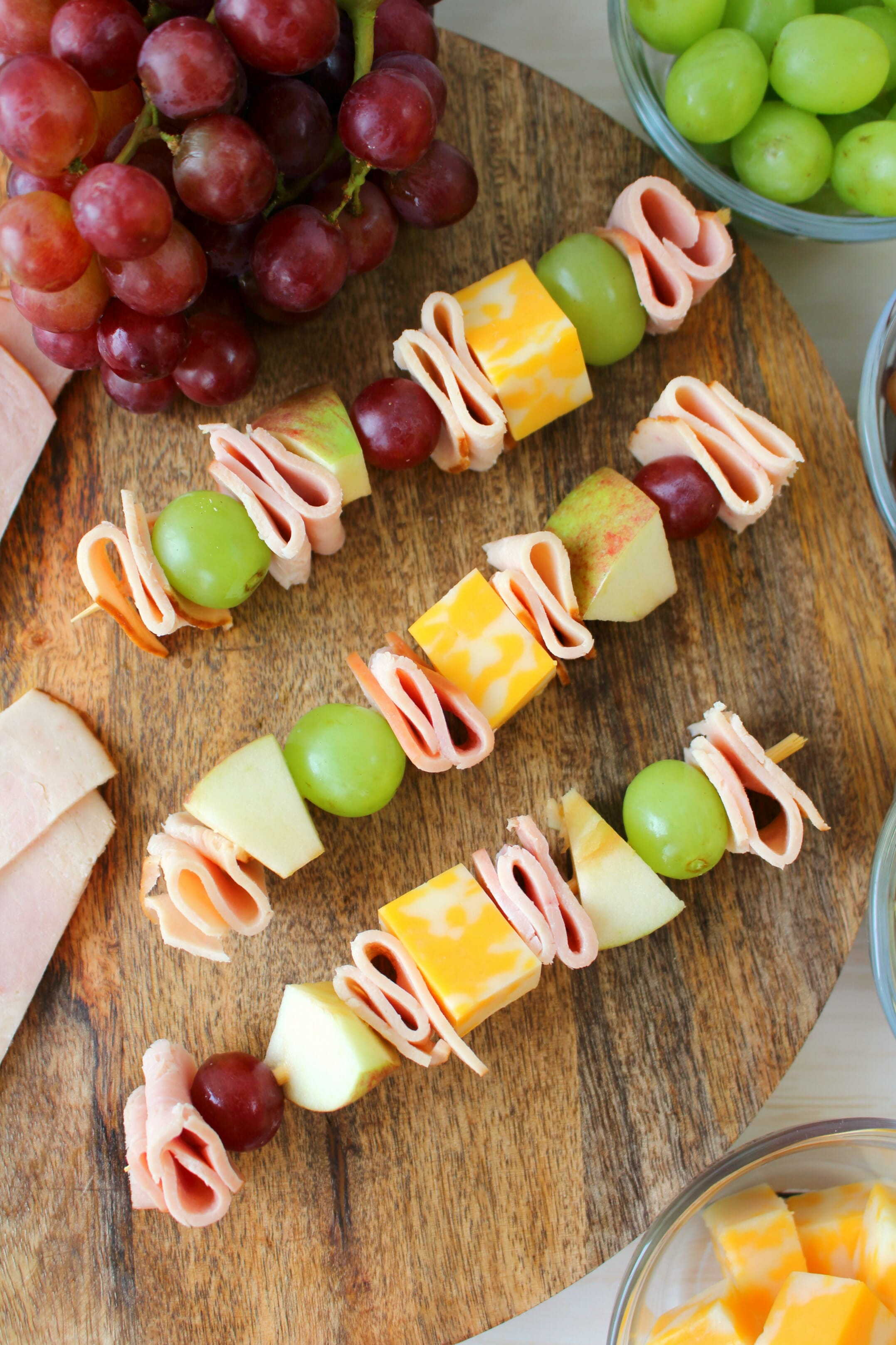 Looking for something new to pack for school lunches? These fun and easy Lunchbox Turkey & Ham Skewers will have your kids jumping for joy at lunch time! Loaded with sliced turkey, ham, fruit and cheese, these will be your kids new lunchbox favorite!